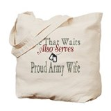 SHE THAT WAITS ALSO SERVES PROUD ARMY WIFE Tote Ba