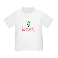 Kiss me under the mistletoe Toddler T-Shirt