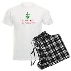 Kiss me under the mistletoe Mens Light Pajamas