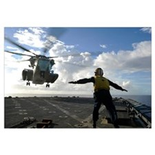 Aviation Boatswains Mate directs a CH 53E Super St