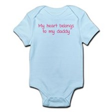 My heart belongs te my daddy Infant Bodysuit